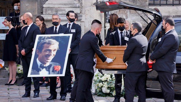 el-funeral-de-jean-paul-belmondo,-con-alain-delon,-termino-con-ovacion
